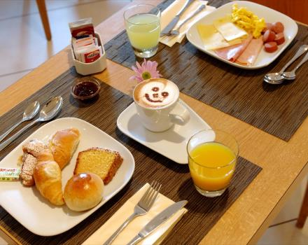 "Breakfast of pampering at the Best Western Globus Hotel Rome, 3 star. The restaurant ""The Game"" offers a continental breakfast buffet filled with croissants, cakes, biscuits, cereals, fruit, eggs, ham, sausage and dinner menus 'à la carte or on the advice of the chef's best dishes of the house."